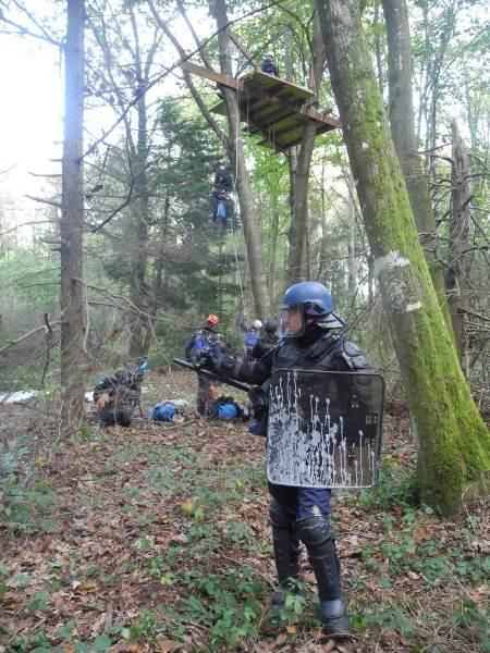 Des flics grimpeurs s'attaquent aux cabanes dans les arbres.