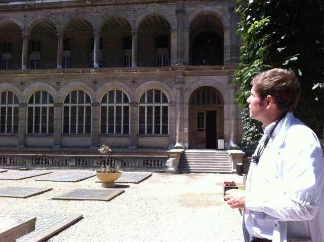 L'urgentiste Gérald Kierzek dans la cour d'honneur de l'Hôtel-Dieu.