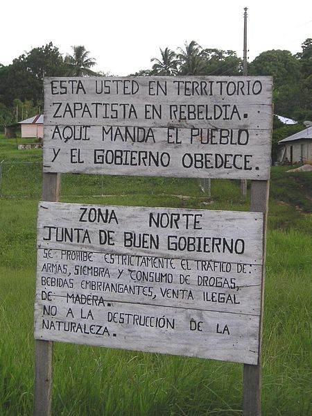 """La pancarte indique: """"Vous vous trouvez en territoire rebelle zapatiste. Ici le peuple commande et le gouvernement obéit."""""""