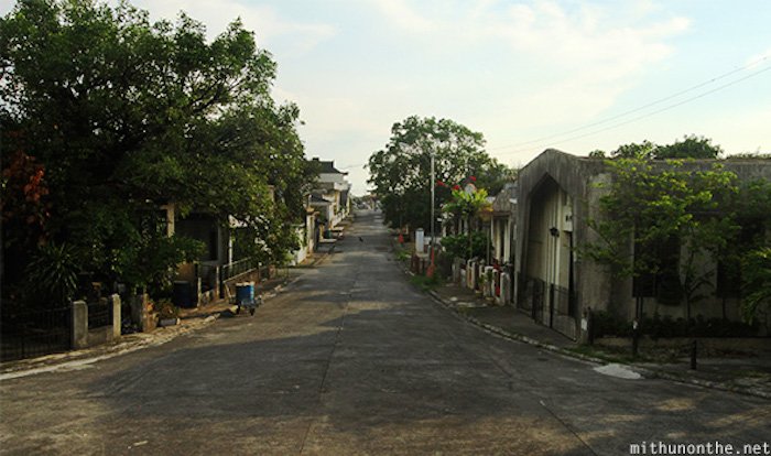 inside-chinese-cemtery-streets-manila