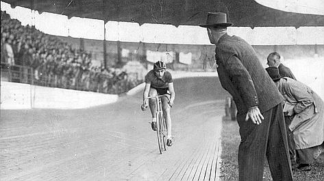7 novembre 1942: Fausto Coppi durante il tentativo al Vigorelli