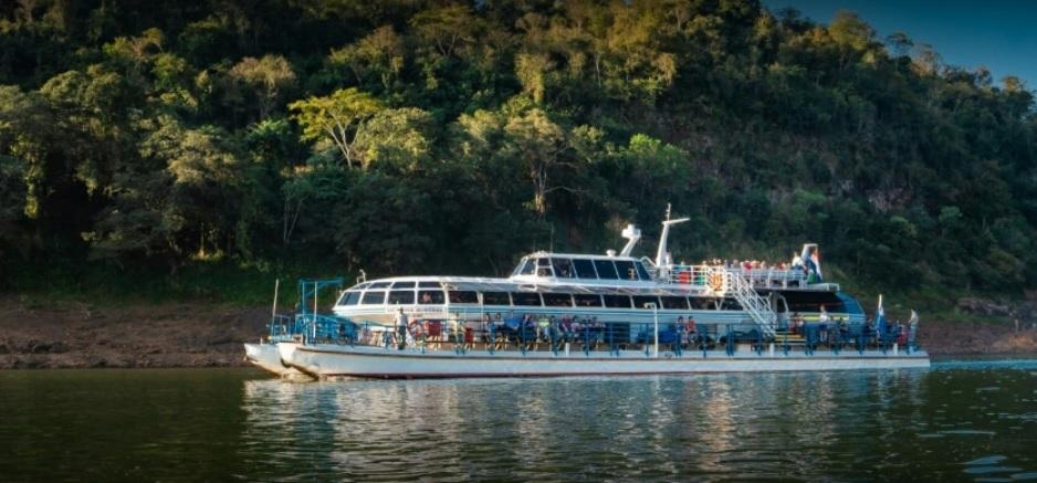 Tres naciones, dos ríos, un lugar: viví los últimos Paseos de Luna Llena en el Catamarán de Iguazú