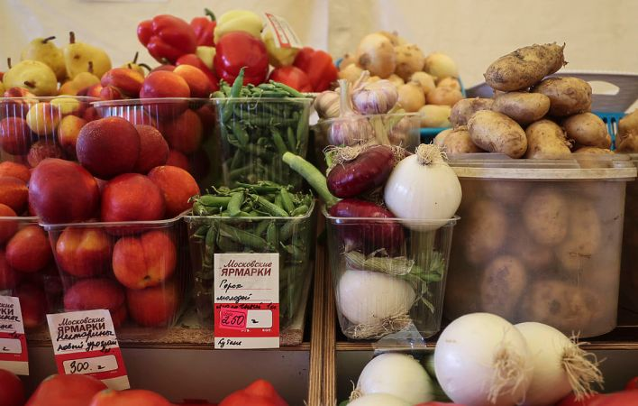 Summer vegetables and fruits flooded weekend markets: photo of price tags