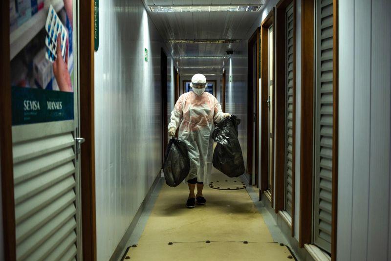 Higiene é um dos principais cuidados para evitar contaminação por coronavírus. A retirada do lixo e ...