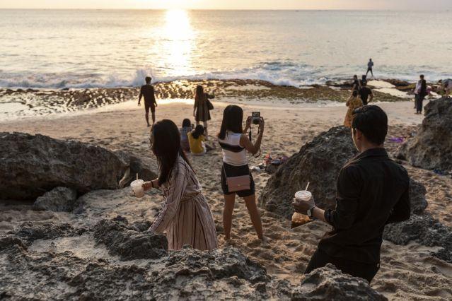 Quem visita a praia de Tegal Wangi costuma levar aperitivos para comer enquanto assiste ao pôr do sol; é comum, porém, o lixo ser deixado no local.
