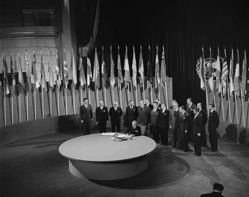 https://i0.wp.com/static.neatorama.com/images/2008-10/un-charter-signing-1945.jpg
