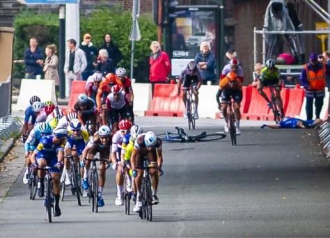 """A discussão sobre """"aquelas velhas barreiras de esmagamento"""" na corrida se intensifica novamente após uma forte queda: """"Mas a UCI considera o comprimento das meias mais importante"""""""
