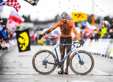 Nenhum metro da cabeça e da cruz feito após uma volta: Mathieu van der Poel degrada os belgas e vence o mundo dos ciclocross
