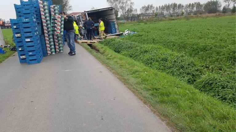Truck with 20 tons of tomatoes ends up in the canal in Eernegem