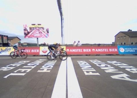 Impossível ver a olho nu: tão pequena era a diferença entre Wout van Aert e Tom Pidcock na Amstel Gold Race