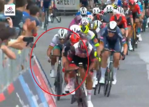 Inacreditável: Peter Sagan corre em plena corrida Giro contra a barreira da multidão, mas milagrosamente se mantém em linha reta