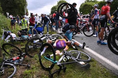 """Pela primeira vez, milhares de fãs ao lado, duas quedas massivas no Tour de France: """"Depois de um ano e meio sem, temos que nos acostumar com o ritmo frenético e com o público novamente"""""""