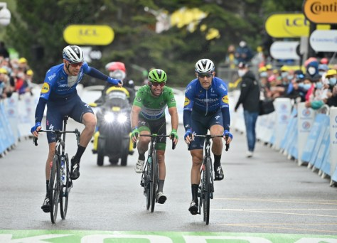 Campo de batalha no Tour: o choro Mark Cavendish chega bem a tempo, sete pilotos atrasados