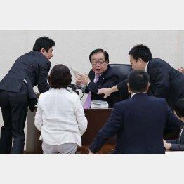 民主議員が詰め寄るなか審議終了散会宣言する渡辺委員長(C)日刊ゲンダイ