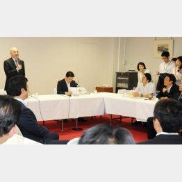 問題の会合で発言する百田尚樹氏(左)/(C)日刊ゲンダイ