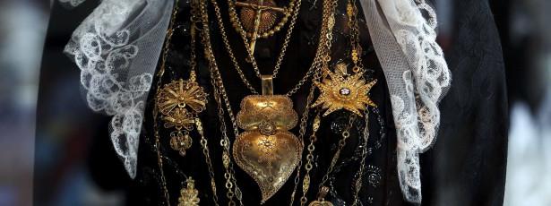 Mulheres carregam 14 milhões em ouro em mais uma romaria d'Agonia