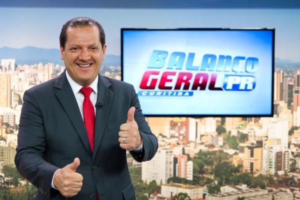 Gilberto Ribeiro apresenta o Balanço Geral no Paraná (Foto: James Marçal/Record)
