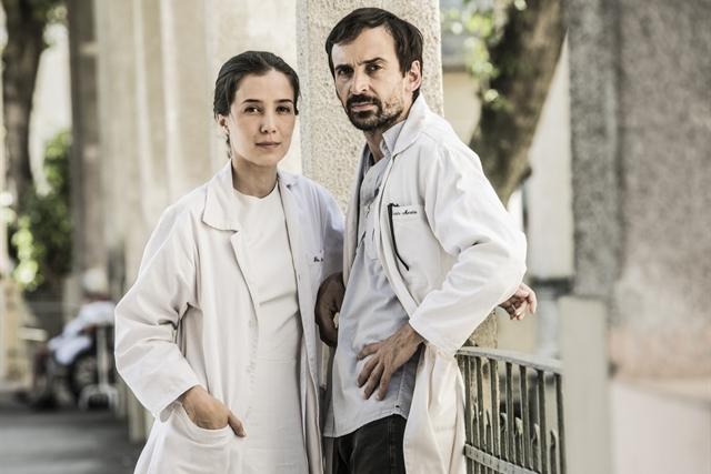 Carolina (Marjorie Estiano) e Evandro (Julio Andrade) em cena de Sob Pressão (Foto: Globo/João Miguel Júnior)