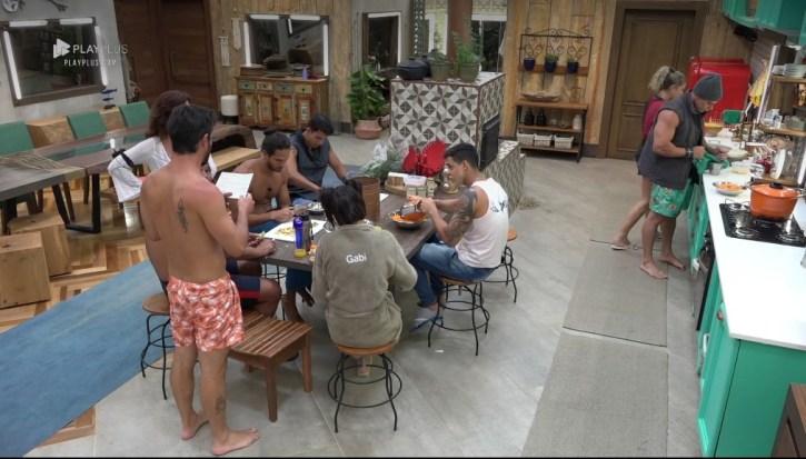 Peões entram em guerra em A Fazenda 10 (Foto: Reprodução)