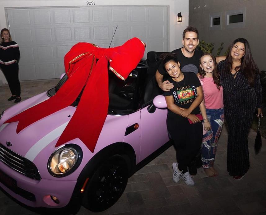 Larissa Manoela com o amigo que lhe deu o carro, Rodrigo Branco, Simaria e Fabiana Karla (Foto: Reprodução/Instagram)