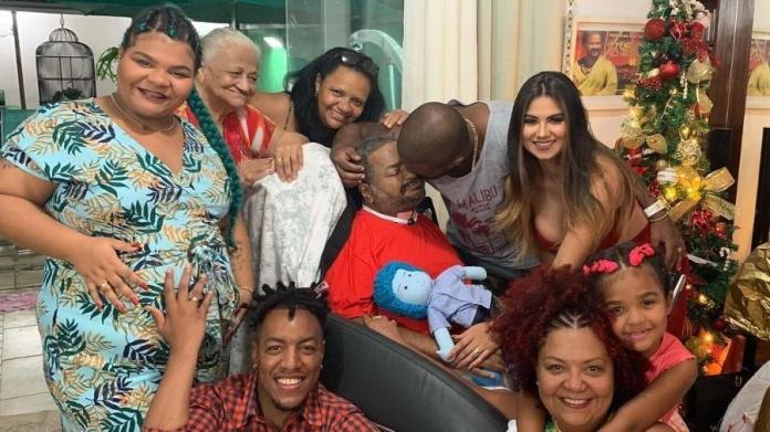 Arlindo Cruz passa ceia de Natal com a família e recebe carinho de seu filho Arlindinho (Foto: Reprodução/Instagram