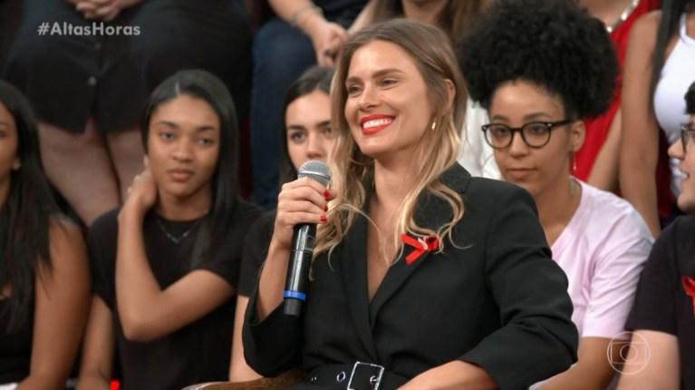 Carolina Dieckmann no palco do Altas Horas (Foto: Reprodução)