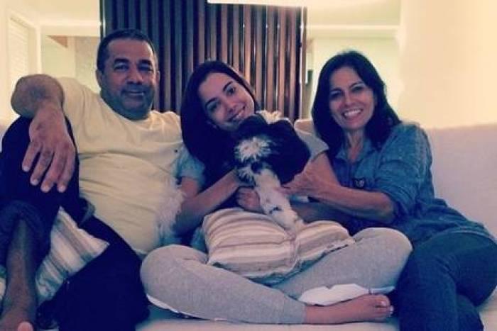 Anitta e os pais (Foto: Reprodução/Instagram)