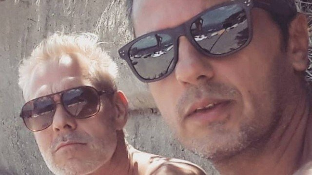 Nico Puig ao lado do marido (Foto: Reprodução/Instagram)
