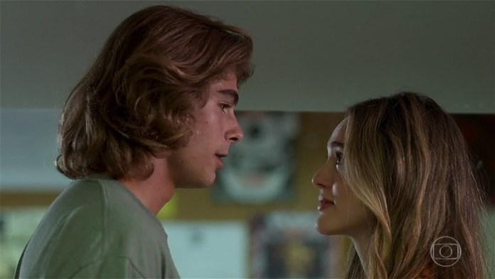 João (Rafael Vitti) e Manu (Isabelle Drummond) em cena de Verão 90 (Foto: Reprodução/Globo)