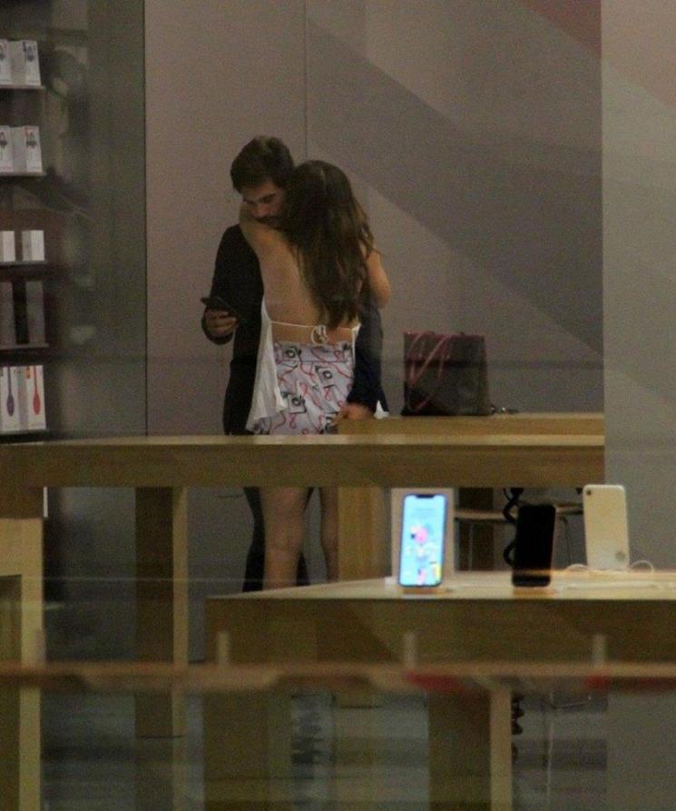 Nicolas Prattes e Juliana Paiva no shopping Village Mall Barra da Tijuca. (Foto: AgNews J.Humberto/AgNews- Fotografo)