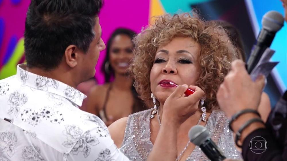 Alcione retocou o batom no palco do Domingão do Faustão (Foto: TV Globo)