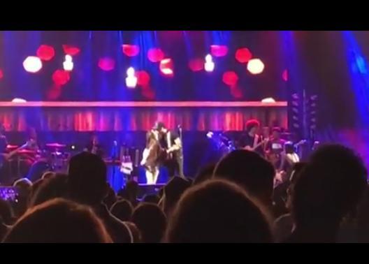 O novo casal do pedaço chegou a trocar beijo em cima do palco e animaram o público (Foto: Reprodução)