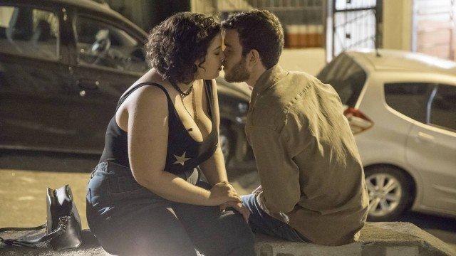 Casal se beijará em breve em Órfãos da Terra da Globo