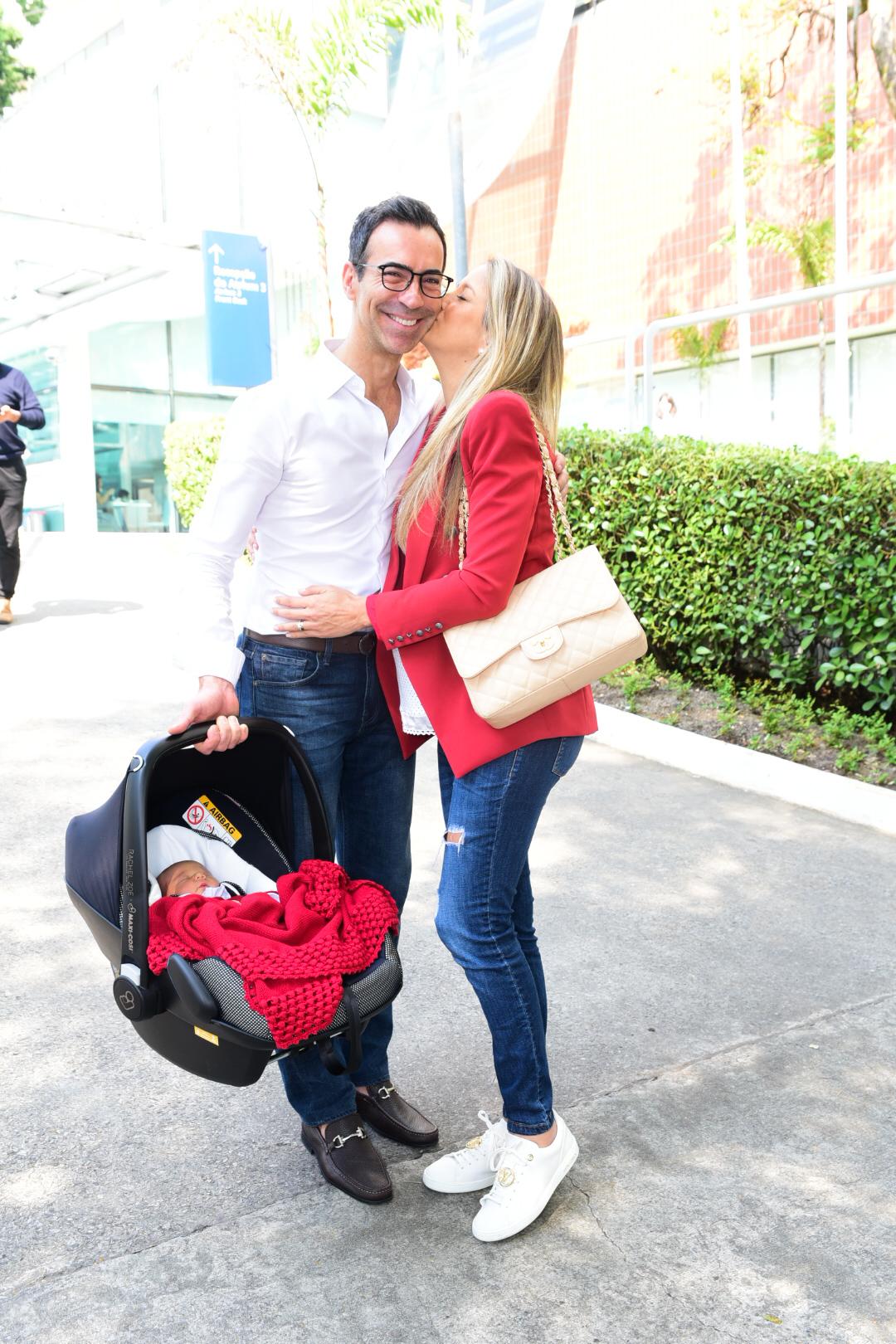 Os apresentadores da Record e da Globo foram visto deixando o Hospital com a recém-nascida Manuella (Foto: AgNews)