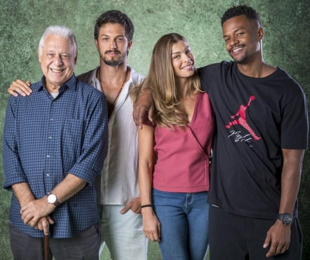 Alberto (Antonio Fagundes), Marcos (Romulo Estrela), Paloma (Grazi Massafera) e Ramon (David Junior) em Bom Sucesso (Foto: Globo/João Cotta)