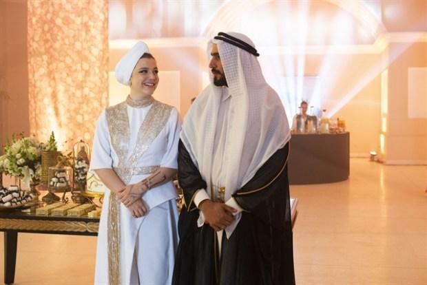 Dalila (Alice Wegmann) e Jamil (Renato Góes) no casamento em Órfãos da Terra (Foto: Globo/Artur Meninea)