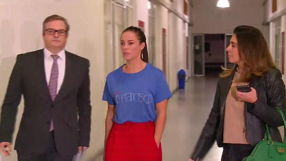 Paolla Oliveira é vista saindo da delegacia (Foto: Reprodução/TV Globo)
