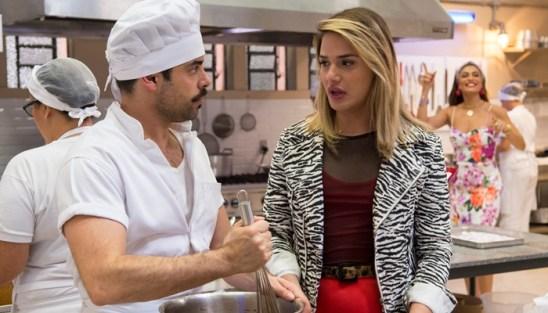 Abel (Pedro Carvalho) e Britney (Glamour Garcia) em cena de A Dona do Pedaço; boleiro descobrirá que ela é transexual (Foto: Globo/Estevam Avellar)