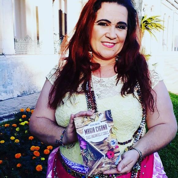 Érica Sensitiva lançou o livro 'Magia Cigana - Seus Encantos e Cores'. Foto: Reprodução Bruna Marquezine