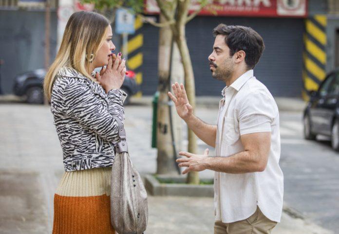 Britney (Glamour Garcia) revelou para Abel (Pedro Carvalho) que é uma mulher trans em A Dona do Pedaço (Foto: Divulgação / Rede Globo)