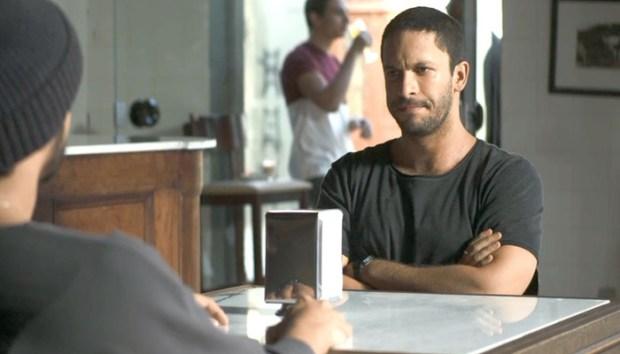 Téo (Rainer Cadete) descobre farsa de Josiane (Agatha Moreira) e promete vingança em A Dona do Pedaço (Foto: Reprodução/Globo)
