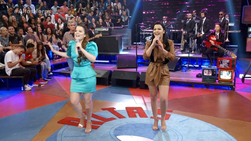 As cantoras Maiara e Maraisa no palco do Altas Horas (Foto: Reprodução/Globo)