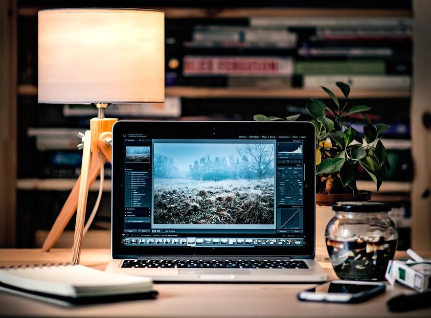 praca siedząca przy biurku