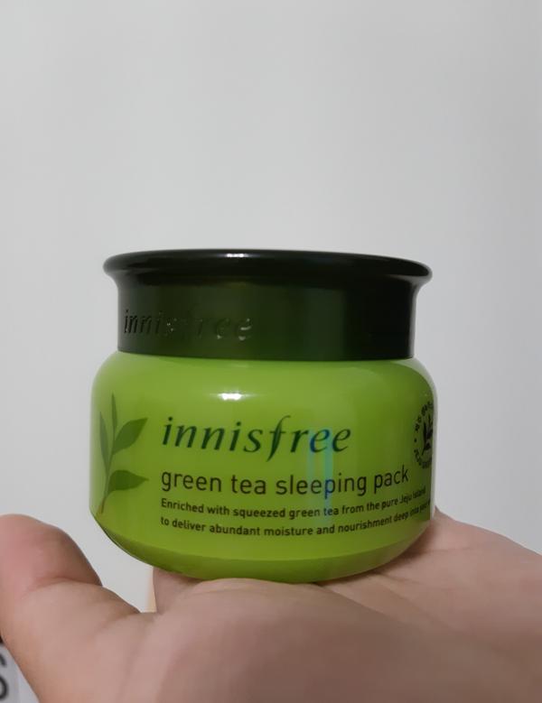 我使用這款 innisfree 的綠茶晚安凍膜,前天晚上睡前塗抹均勻,早上起來用清水洗掉後,臉就變亮