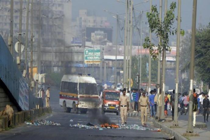 हिंसा की चपेट में महाराष्ट्र-मुंबई, डिब्बा सर्विस ठप्प व 40000 स्कूल बसें भी बंद