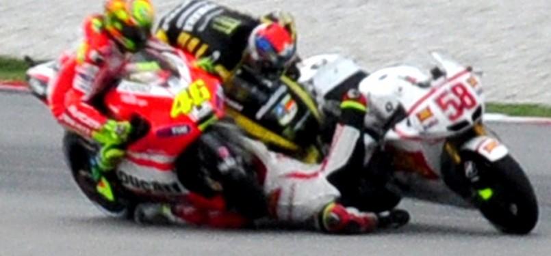 https://i0.wp.com/static.republika.co.id/uploads/images/album_main/foto-kecelakaan-tragis-yang-menimpa-pembalap-italia-marco-simoncelli-_111023184811-762.jpg
