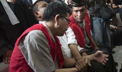 Administrator akun @TrioMacan2000, Raden Nuh (kanan), memegang tangan Administrator Akun @TrioMacan2000 lainnya Hari Koeshardjono (kiri) dan Edi Syahputra (tengah) di Pengadilan Negeri Jakarta Selatan, Senin (23/3).  (Antara/Rosa Panggabean)