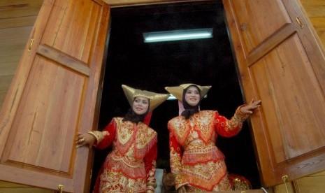 Dua wanita berpakaian adat Minangkabau.  (ilustrasi)