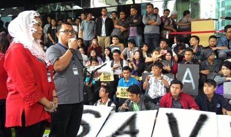Ketua Umum Pimpinan Pusat (PP) Pemuda Muhammadiyah Dahnil Anzar Simanjuntak saat berorasi di depan gedung KPK, Jumat (23/1).