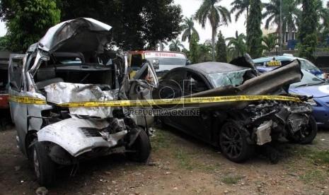 Kondisi kendaraan Gran Max dan Lancer IVO yang dikendarai putra bungsu Ahmad Dhani, Abdul Qodir Jaelani alias Dul yang ringsek akibat kecelakaan di Tol Jagorawi, Ahad (8/9). (Republika/Yasin Habibi)